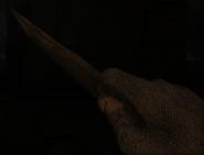 Метательный нож в руке