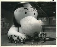 1969-Press-Photo-Snoopy-Balloon-Inspected-in-Rockmart