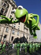 A kermit the frog balloon floats down central park 4ecf74b01d