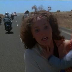 Джесси убегает с ребёнком от бандитов