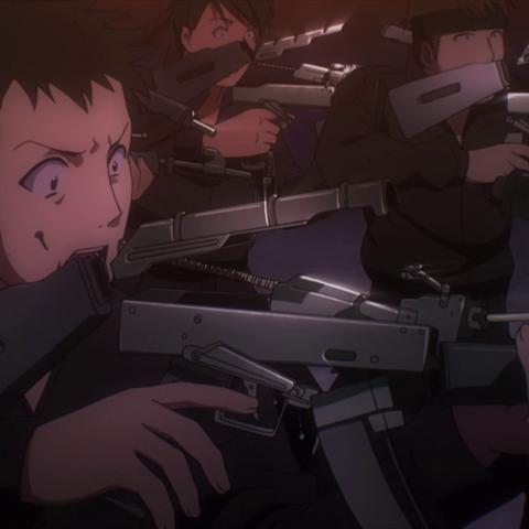 Tatsuya descomponiendo armas en el anime