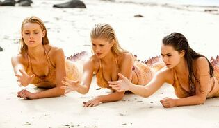 Mako Mermaids using powers on sand