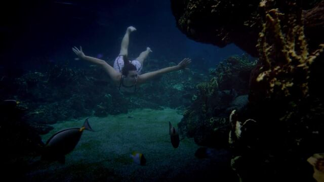 File:Evieswimming.jpg