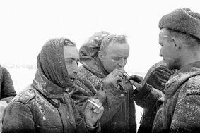 Finlandeses compartiendo tabaco con los soviéticos