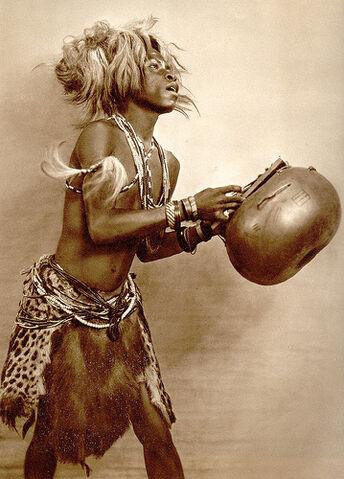 File:Bailarino baluba Angola 1940-44.jpg