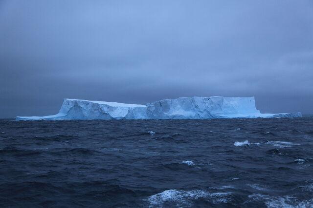 File:Icebergs in the Southern Ocean (5917219361).jpg