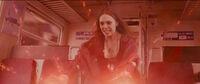 Алая Ведьма останавливает поезд