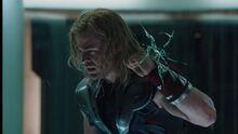 Тор общается с Локи - Мстители фильм