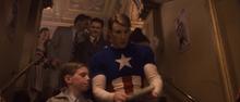 Стив раздает автографы - Первый мститель