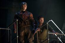 Роджерс и Барнс смотрят на Шмидта - Первый мститель