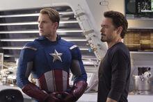 Роджерс и Старк во время спора Мстителей - Мстители