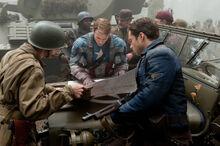 Роджерс и Барнс обсуждают боевые планы - Первый мститель