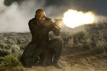 Фьюри стреляет по Локи - Мстители
