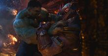 Халк сражаетяс с Таносом - Война бесконечности
