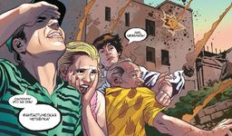 Питер Паркер (616) пытается увести Бена Паркера (616) и Лиз Аллан (616)