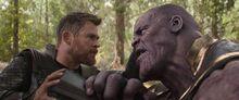 Тор пытается бороться с Таносом - Рагнарек