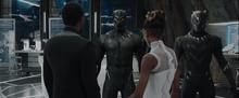 Шури показывает брату улучшения костюма - Черная пантера