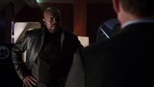 Фьюри и Колсон обсуждают поврежденный самолет Фьюри - Агенты ЩИТ