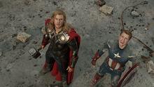 Тор и Кэп смотрят на ЖЧ улетающего к порталу - Мстители