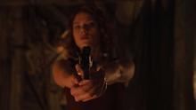 Черная вдова направляет пистолет на Брюса Беннера