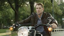 Стив едет на мотоцикле - Мстители