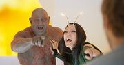 Дракс и Мантис смеются над Звездным лордом - Стражи галактики 2