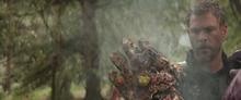Тор смотрит на обгоревшую перчатку бесконечности - Рагнарек