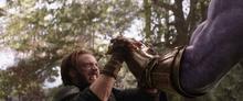 Роджерс сдерживает руку Таноса - Война бесконечности
