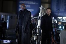 Фьюри и Бартон смотрят на Локи - Мстители
