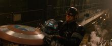 Роджерс сражается против робота Альтрона - Эра Альтрона