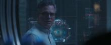 Беннер смотрит на передатчик - Капитан Марвел