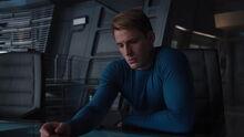 Роджерс рассматривает карточки Колсона - Мстители