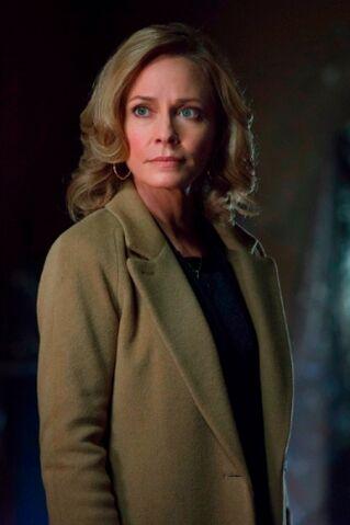 File:Moira Queen Arrow TV Series 003.jpg
