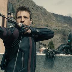 Barton protege a los civiles de los Centinelas de Ultrón.