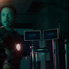 Stark observa la llegada de Thor.