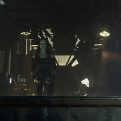 Gamora observa a Nebula irse.