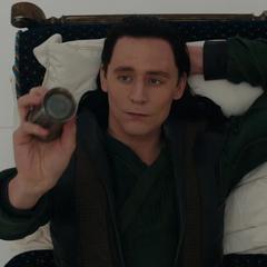 Loki se distrae lanzando un objeto.