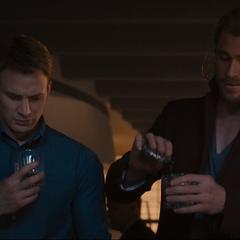 Rogers recibe un trago por Thor.