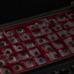 Fury abre la caja llena de globos oculares.