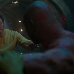 Quill impide que Drax mate a Gamora.