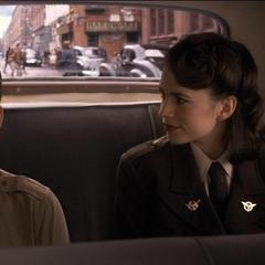 Carter y Rogers conversan de camino al laboratorio.