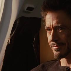 Stark en el avión de regreso a casa.