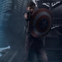 Barnes utiliza el escudo de Rogers para defenderse.