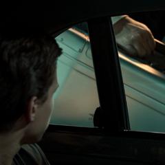Hogan a punto de llevar el maletín de Parker a su apartamento.