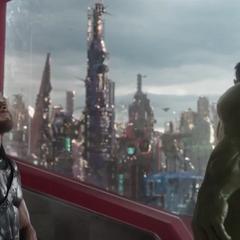 Hulk le enseña a Thor dónde está el Quinjet.