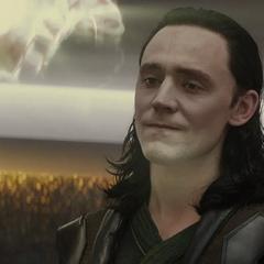 Loki observa la desaparición de la ilusión de Frigga.