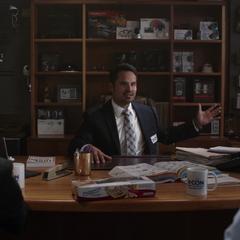 Luis le ofrece a Pym una serie de rastreadores de seguridad.