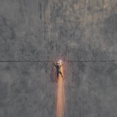Pym trepado en el misil balístico.