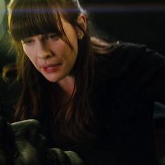 Hulk es tranquilizado por Elizabeth durante el proceso.