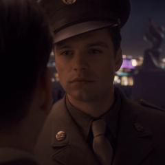 Barnes intenta convencer a Rogers de no enlistarse.